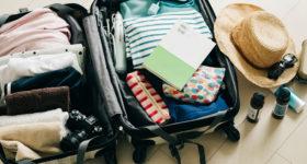 スーツケースに詰め込まれた服