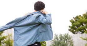 ジャケットを羽織ろうとしている男性