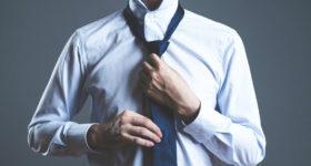出張に向かおうとネクタイを締める男性