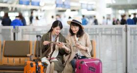 これから飛行機に乗る女性2人