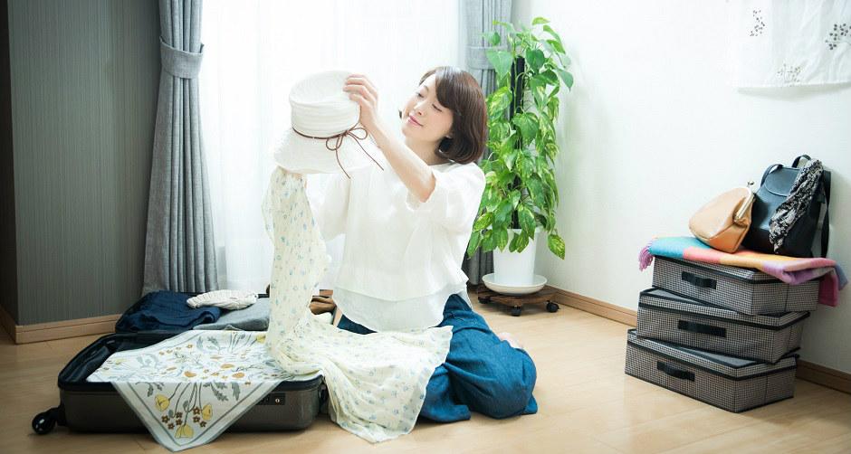 旅行のために衣類を詰める女性