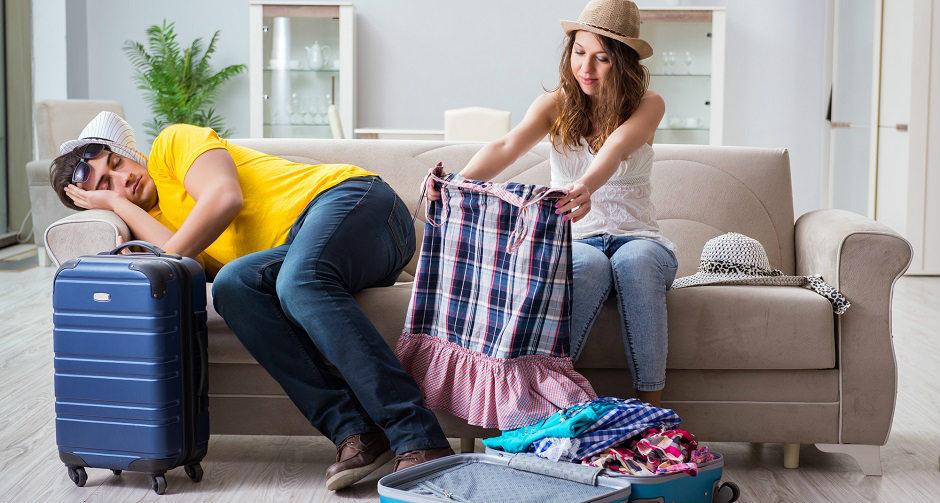 旅行のために荷造りしているが、挫折しかけているカップル
