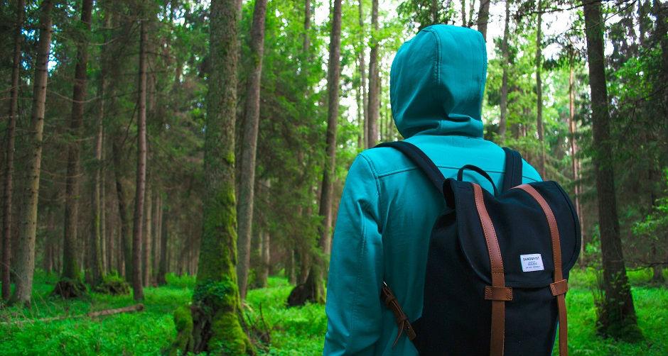 ハイキングにパーカーできた男性