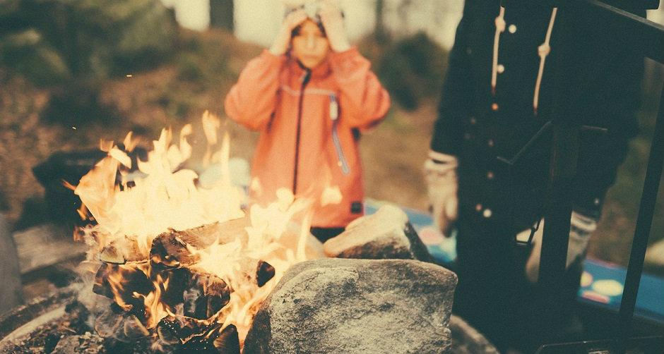 キャンプで火起こしする家族