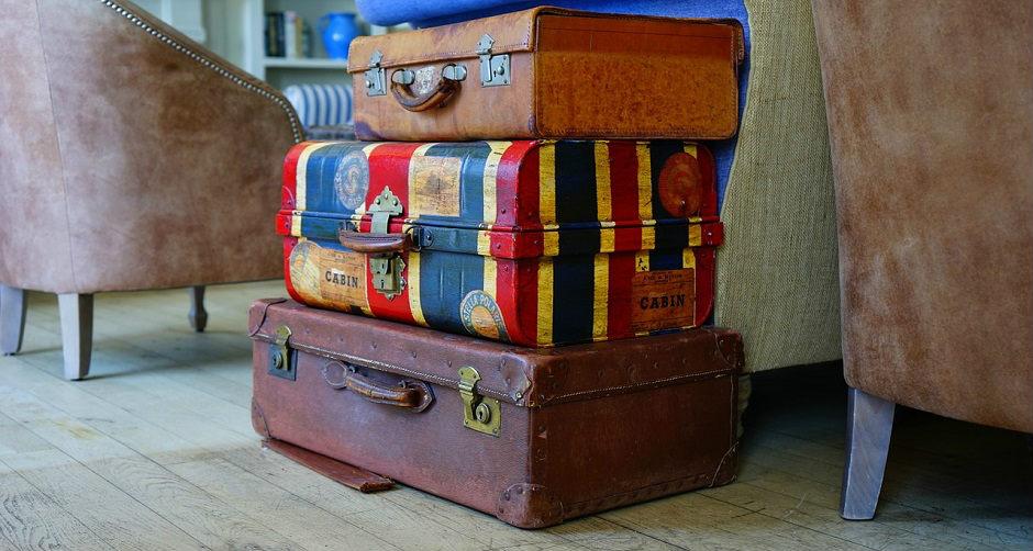 旅行前日の荷造りに失敗したスーツケース達