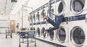 旅行中にコインランドリーに訪れた女性が洗濯に苦戦
