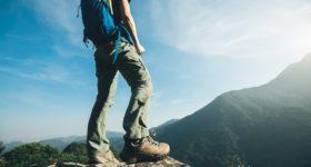 本格的な登山にこれから向かう男性