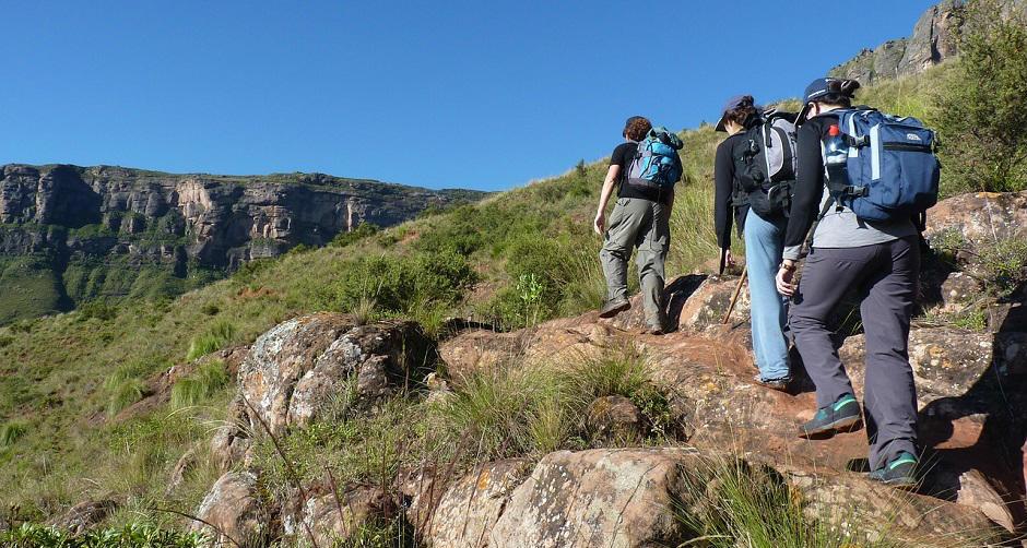 登山に向かうグループ