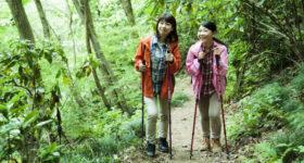 登山をする女性2人組